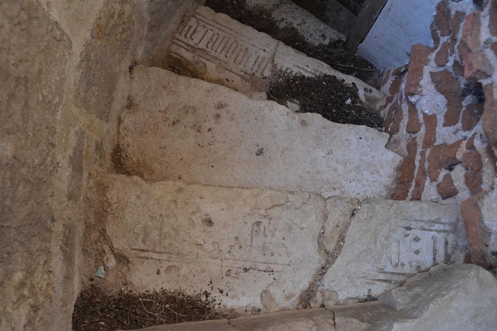 Escalón de la escalera al campanario