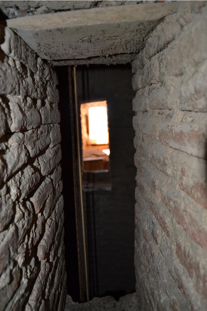 Ventanucos del muro que separa las escaleras del hueco central